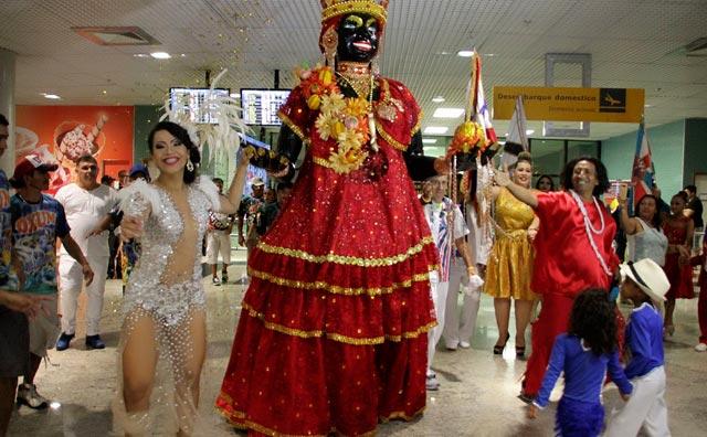 Tradição do Carnaval, Kamélia chega a Manaus e recebe chave da cidade