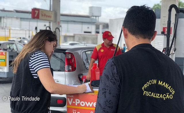 Procon Manaus multa quinze postos de combustíveis