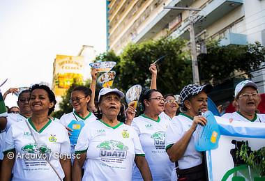 Ação de conscientização leva idosos para desfile das escolas de samba no Sambódromo
