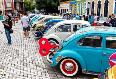 Apaixonados por carros antigos realizam encontro no Ponta Negra