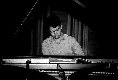 Pianista português Bernardo Santos se apresenta com a Orquestra de Câmara do Amazonas