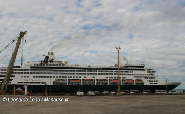 No ritmo do boi-bumbá, turistas do Navio M/S Veendam desembarcam em Manaus