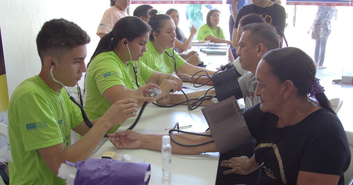 Orientações e serviços gratuitos de saúde são oferecidos na Ponta Negra, na quarta