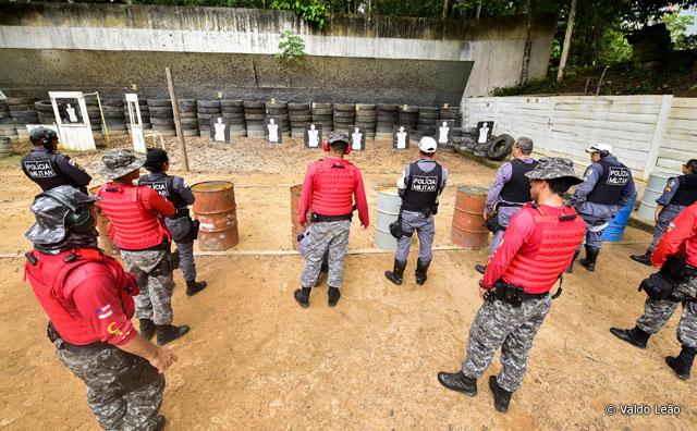 Policiais aperfeiçoam manuseio de armas e técnica de tiro