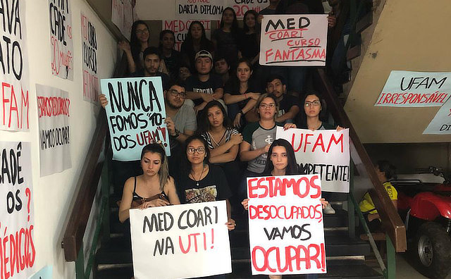 Sem professores, alunos de Medicina da Ufam fazem protesto em Coari