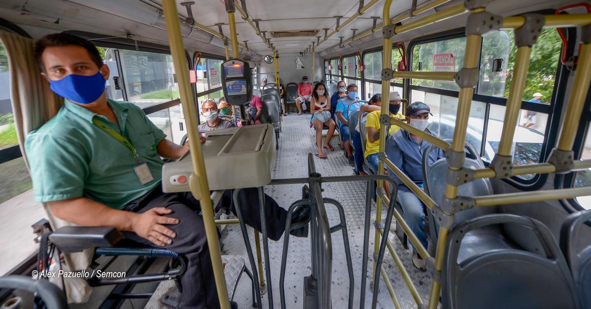 Ônibus do transporte coletivo só podem trafegar com passageiros sentados