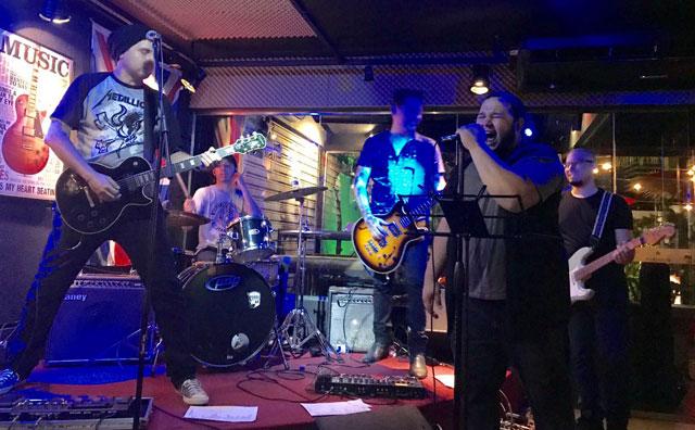 Banda Bates Motel se apresenta no pub Os Intocáveis, nesta quinta