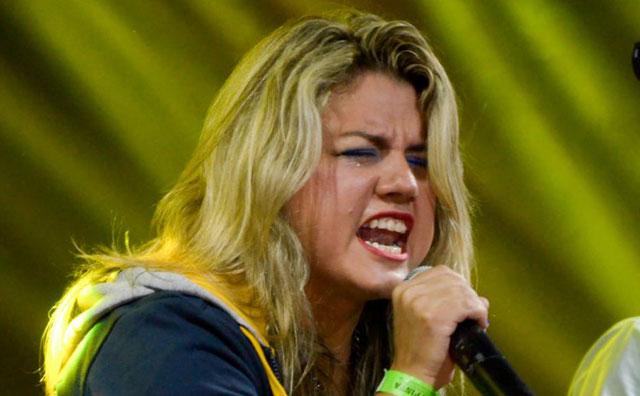 Bella Queiroz canta sucesso da MPB no Sr. Garrafas
