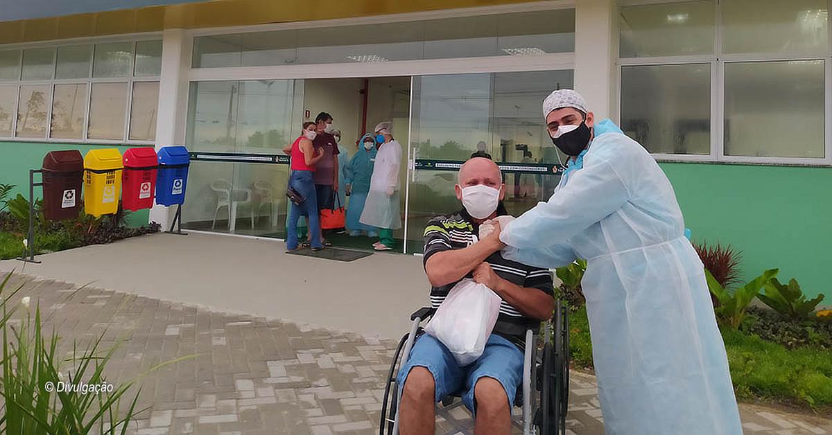 Mais 13 pacientes recebem alta do hospital de campanha do município