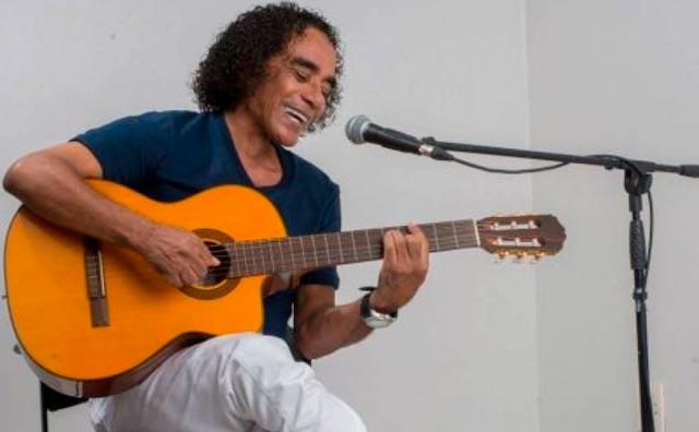 Chico da Silva canta seus sucessos no Sr. Garrafas