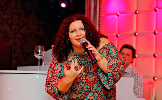 Ellen Mendonça faz apresentação no Ferro Velho Gourmet