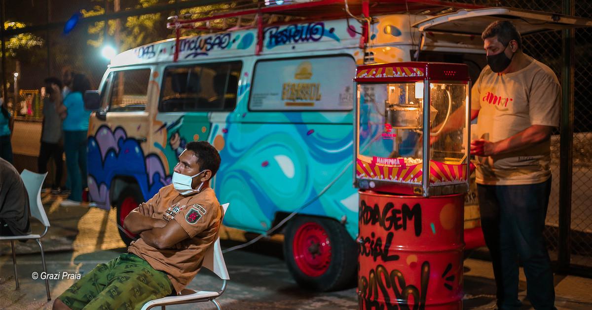 Projeto Girassol realiza sessão de cinema para população em situação de rua