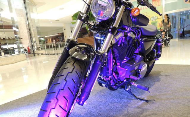 Exposição com mais de dez modelos de Harley-Davidson