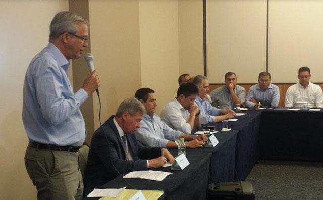 Candidatos à prefeitura apresentam propostas aos setores da construção