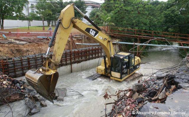 Antiga Ponte da avenida Professor Nilton Lins é demolida