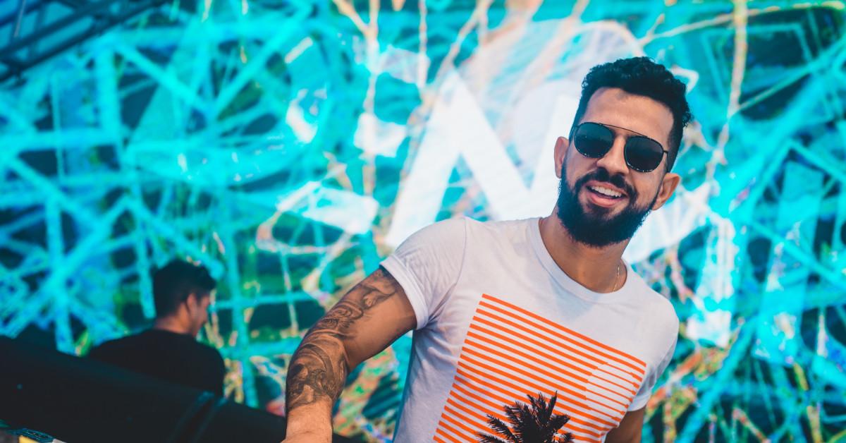 Dennis DJ anima o Baile das Medicinas no Copacabana