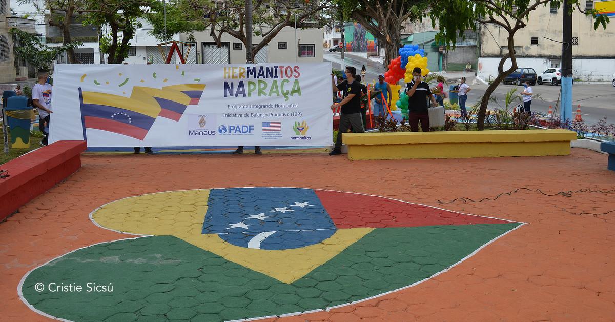 Praça no Centro de Manaus se torna ponto de integração entre brasileiros e venezuelanos