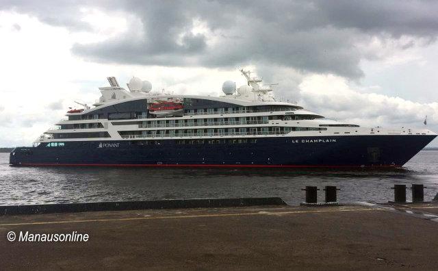 Turistas e exploradores desembarcam em Manaus no M/V Le Champlain