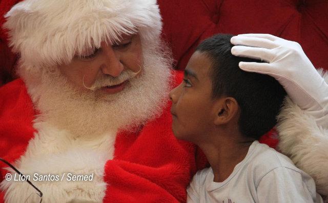 Alunos da zona rural vão ao shopping pela primeira vez e conhecem o Papai Noel