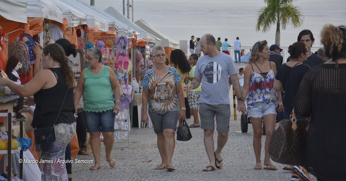 Artesãos exibem seus produtos em feira natalina na Ponta Negra