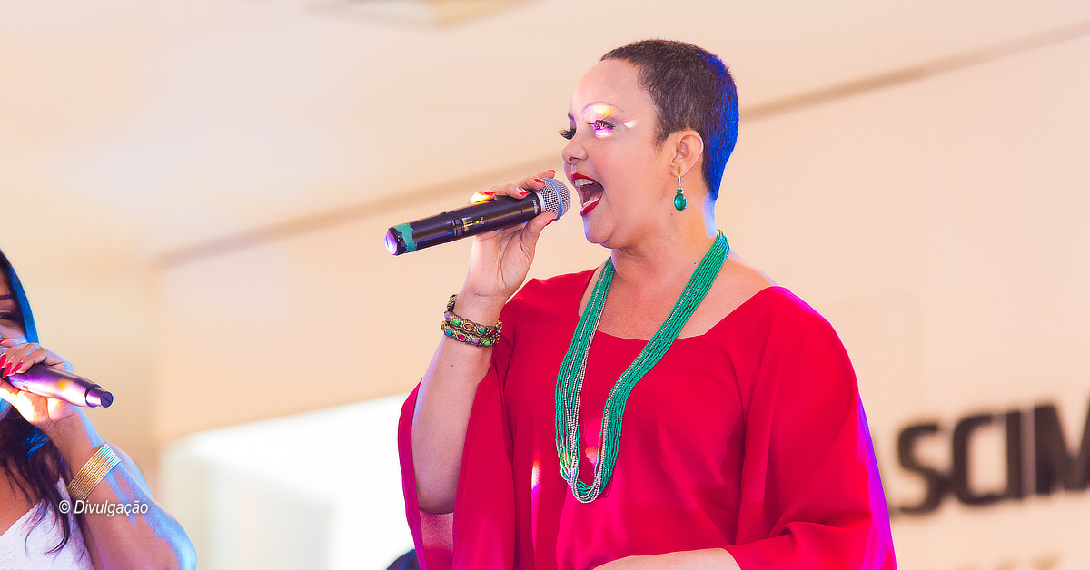 Cantora Fátima Silva faz a trilha sonora da praça de alimentação do Millennium