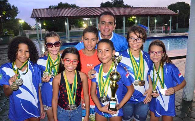 Equipe de Nado Livre/Aquática Marinho comemora título