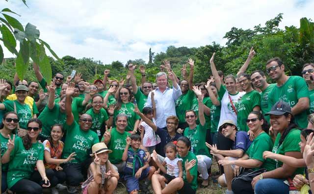 Ação de reflorestamento no Campo Dourado pelo Dia da Árvore