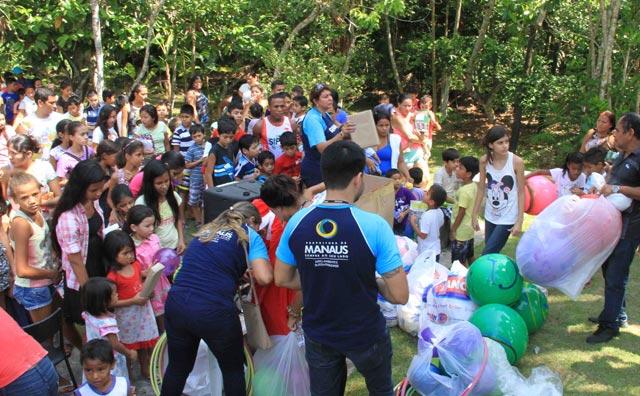 Festa natalina reúne aproximadamente 300 pessoas