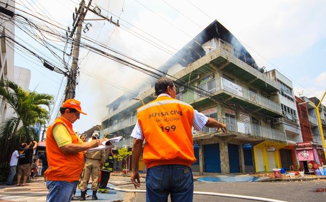 Prefeitura dá suporte no combate a incêndio no Centro